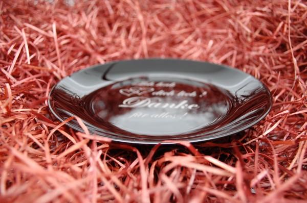 schwarze Glasschale mit Gravur